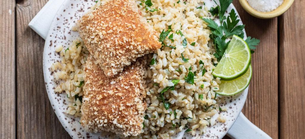συνταγή: Cordon Bleu με Καστανό Ρύζι Αρωματισμένο με Μαϊντανό και Λάιμ