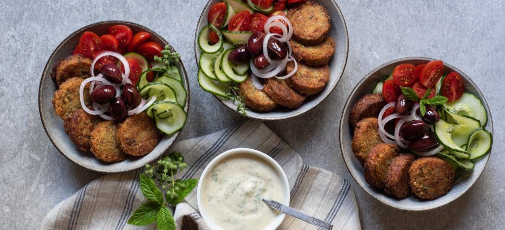 Μεσογειακό Μπολ με Φαλάφελ και Δροσερή Σάλτσα Μυρωδικών