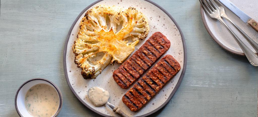"""Κεμπάμπ με """"μπριζόλες"""" κουνουπιδιού και σάλτσα ταχινιού"""